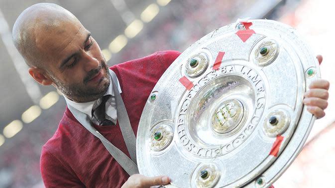 9. Kembali Josep Guardiola membuktikan tajinya, kali ini giliran Bayern Munchen yang dibawanya menjadi juara liga. Petualangan Pep di Jerman berbuah manis. (AFP/Angelika Warmuth)