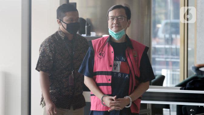 Komisaris PT Hanson International Tbk Benny Tjokrosaputro memasuki Gedung KPK untuk menjalani pemeriksaan oleh penyidik Kejaksaan Agung di Jakarta, Kamis (19/3/2020). Benny Tjokrosaputro diperiksa sebagai saksi kasus dugaan korupsi di PT Asuransi Jiwasraya (Persero). (merdeka.com/Dwi Narwoko)
