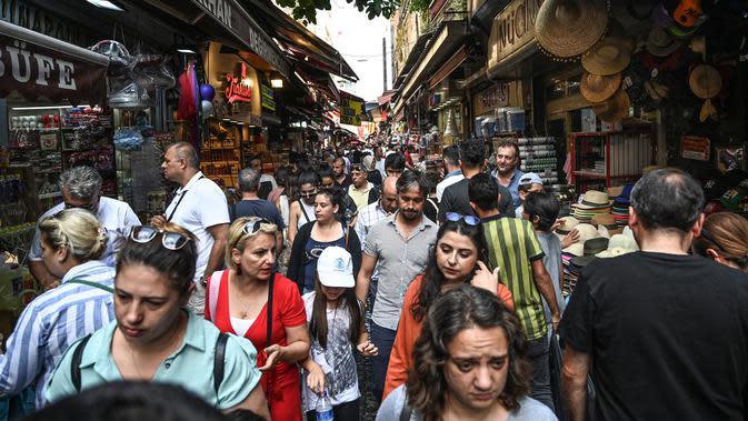 Orang-orang berbelanja di Spice Bazaar yang bersejarah di distrik Eminonu di Istanbul, Turki (13/7/2019). Spice Bazaar terletak di perempatan Eminönü, distrik Fatih, tempat tersebut merupakan kompleks perbelanjaan paling terkenal setelah Grand Bazaar. (AFP Photo/Ozam Kose)