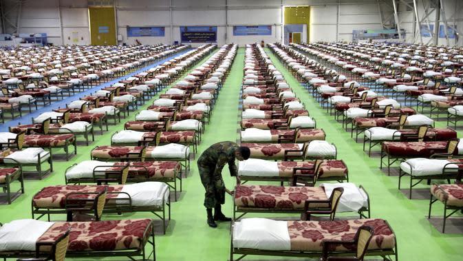 Seorang tentara Angkatan Darat Iran bekerja di rumah sakit sementara khusus pasien virus corona COVID-19 di Teheran, Iran, Kamis (26/3/2020). Iran merupakan salah satu negara yang terdampak pandemi virus corona COVID-19 paling parah di dunia. (AP Photo/Ebrahim Noroozi)