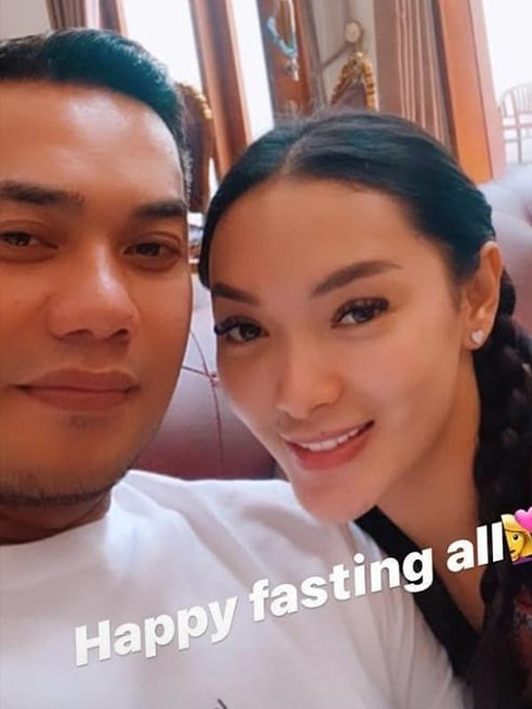 5 Momen Zaskia Gotik Jalani Ramadhan Bersama Suami, Ngaji Bareng (Sumber: Instagram/@zaskia_gotikers)