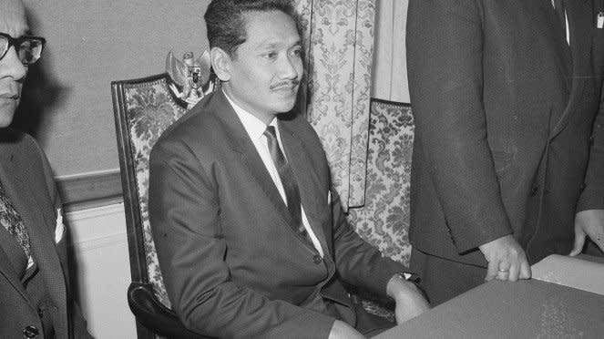 VIVA Militer: Marsekal Madya TNI Omar Dhani (kanan) dan Presiden Soekarno