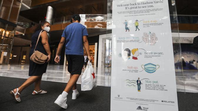 Pengunjung masuk ke pusat perbelanjaan Hudson Yards, New York City, Amerika Serikat, 9 September 2020. Pusat perbelanjaan di New York City diizinkan kembali buka dengan kapasitas 50 persen, setelah ditutup beberapa bulan sejak New York memberlakukan karantina wilayah. (Xinhua/Wang Ying)