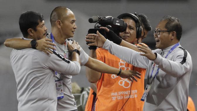 Pelatih Timnas Indonesia U-22, Indra Sjafri, merayakan kemenangan atas Singapura U-22 pada laga SEA Games 2019 di Stadion Rizal Memorial, Manila, Kamis (28/11). Indonesia menang 2-0 atas Singapura. (Bola.com/M Iqbal Ichsan)