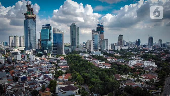 Foto udara suasana gedung bertingkat di kawasan Sudirman, Jakarta, Rabu (8/4/2020). Jakarta sempat menjadi kota paling berpolusi di dunia pada 29 September 2019 lalu, namun Rabu (8/4) siang ini, kualitas udara kota Jakarta membaik. (Liputan6.com/Faizal Fanani)