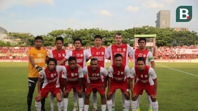 Kwon Jun (tengah berdiri), pemain Asia yang paling populer di PSM Makassar. (Bola.com/Abdi Satria)