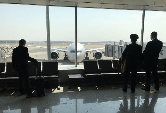 China cuts international flights, bars foreign residents