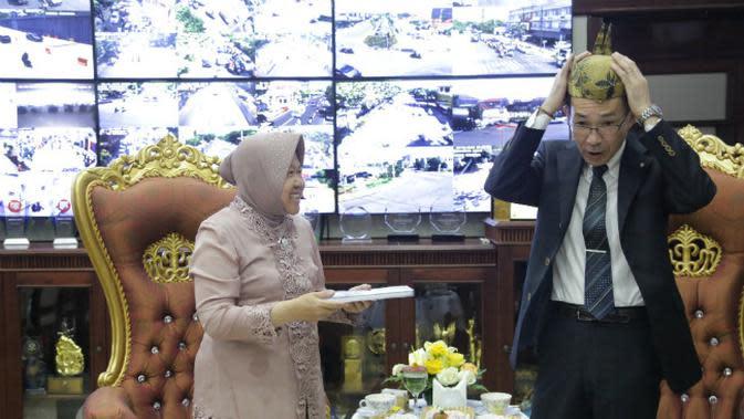 Wali Kota Surabaya Tri Rismaharini menerima kunjungan kerja Wakil Wali Kota Fukuoka, Jepang, Eiichi Nakamura beserta rombongannya di ruang kerja Wali Kota Surabaya, Rabu (6/11/2019). (Foto: Liputan6.com/Dian Kurniawan)