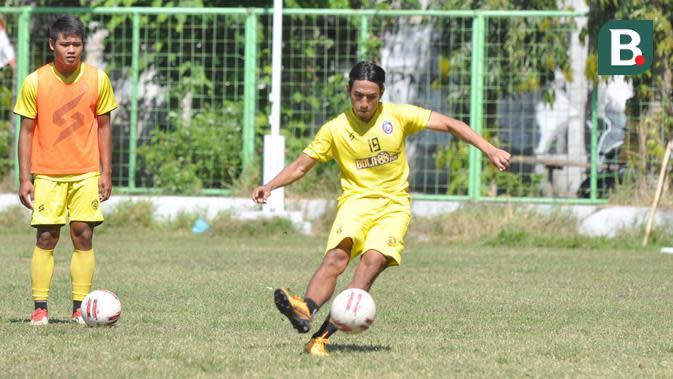 Gelandang Arema FC, Hanif Sjahbandi, ketika berlatih tendangan bebas pada Sabtu (19/9/2020). (Bola.com/Iwan Setiawan)