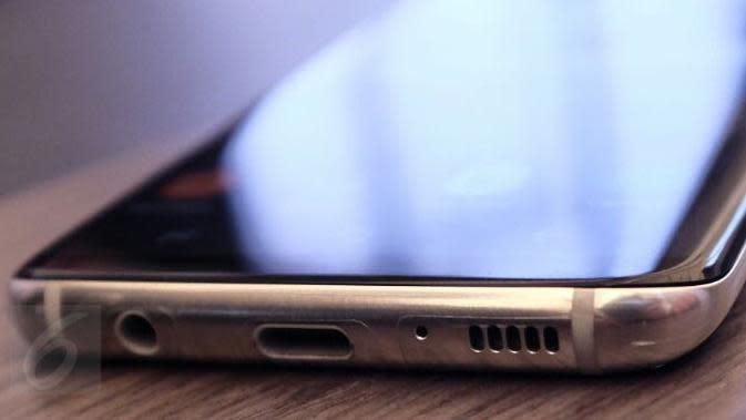 Bagian bawah bodi Samsung Galaxy S8 tertanam USB type-C, audio jack 3,5mm, dan speaker. Liputan6.com/ Iskandar