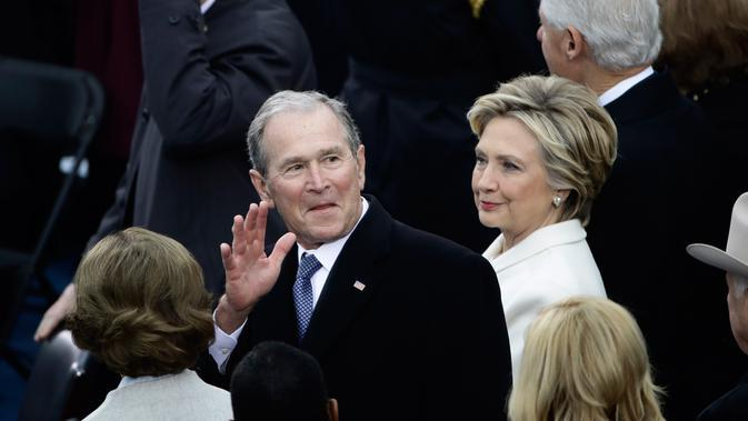 George W. Bush dan Hillary Clinton. Clinton unggul 3 juta suara dari Donald Trump di Pilpres 2016, tapi ia kalah karena kurang suara elektor. Sebaliknya, Bush kalah di suara populer, tapi menang di suara elektor. (Win McNamee/Pool Photo via AP)