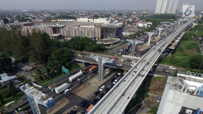 Kendaraan melintasi proyek Tol Jakarta-Cikampek II dan kereta api ringan (LRT) di Bekasi, Selasa (18/12). Sejumlah proyek di Jalan Tol Jakarta-Cikampek dihentikan sementara untuk mengantisipasi adanya potensi kemacetan. (Merdeka.com/Iqbal S. Nugroho)