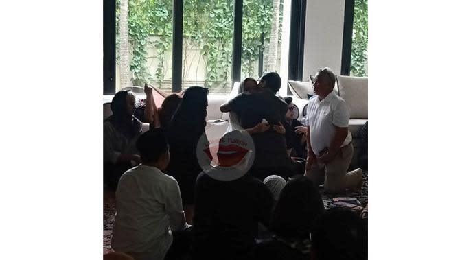 5 Potret Terbaru Bunga Citra Lestari Temani Jenazah Ashraf Sinclair, Berusaha Tegar (sumber: Instagram.com/lambe_turah)