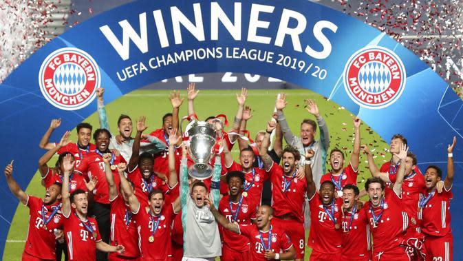 Kapten Bayern Munchen, Manuel Neuer, memimpin rekannya mengangkat trofi saat selebrasi juara Liga Champions di Stadion The Luz, Portugal, Senin (24/8/2020). Bayern Munchen berhasil menjadi juara usai menaklukkan PSG 1-0. (Miguel A. Lopes/Pool via AP)
