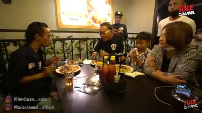 Ade Londok makan steak bareng Sule (YouTube/ SuleChannel)