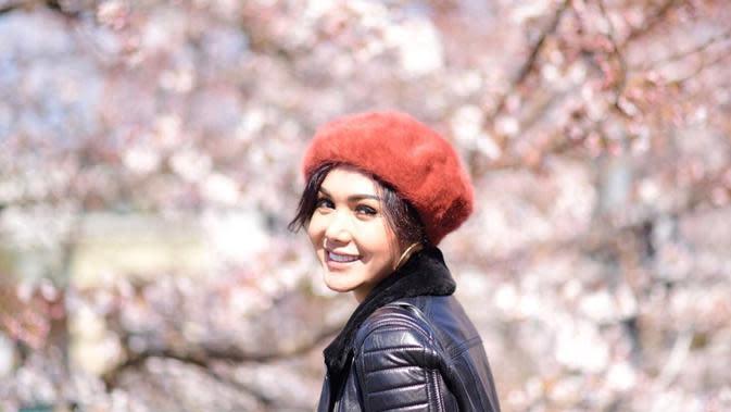 Berawal dari berbagai lomba, dara cantik asal Jawa Timur ini akhirnya mendapat tawaran untuk rekaman. Namanya mulai melambung sejak menelurkan album kedua Hilang Permataku.(Liputan6.com/IG/@yunishara36)