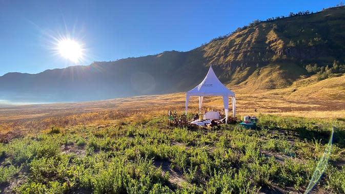 Dalam salah satu foto yang diunggah Reino, menunjukan mereka menikmati alam di sekitar dengan mendirikan tenda putih. Tentu dikelilingi pemandangan yang indah. Sinar matahari juga bersinar dengan cerah. (Instagram/reinocarack)