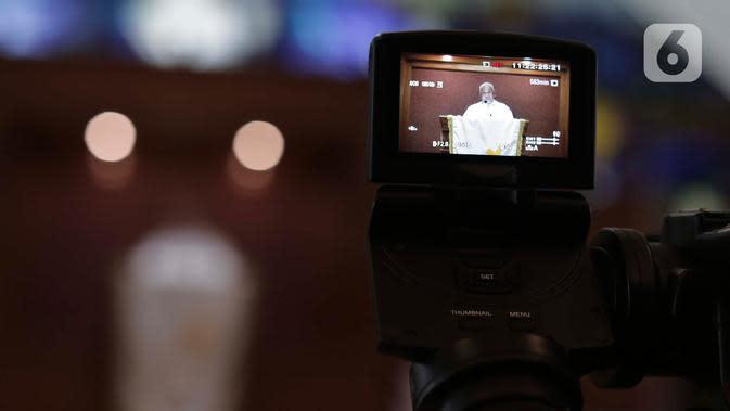 Pendeta memimpin Misa Kenaikan Yesus Kristus di Gereja Protestan Indonesia Bagian Barat (GPIB) Effatha, Jakarta, Kamis, (21/5/2020). Di tengah wabah Covid-19, ibadah Misa Kenaikan Yesus di gereja tersebut ditiadakan dan diganti dengan menggunakan layanan