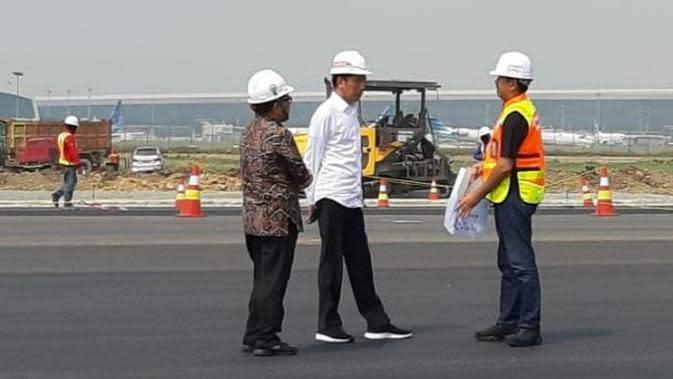 Presiden Joko Widodo (Jokowi) meninjau progres pembangunan Runway 3 Bandara Internasional Soekarno Hatta, Kota Tangerang, Jumat (21/6/2019).