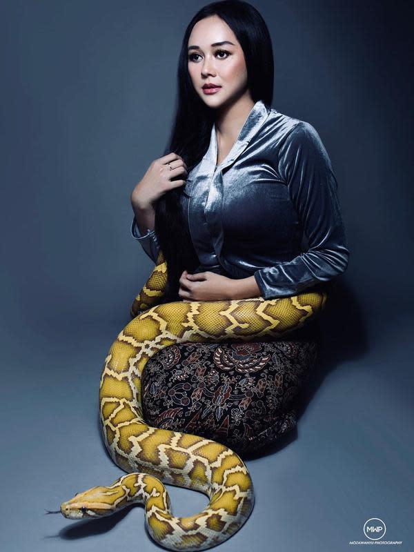 Banyak pengikutnya yang merasa ngeri melihat Aura yang berfoto dengan ular besar. Bahkan, ada yang menyebut Aura kayak Nyai Blorong. (Instagram/aurakasih)