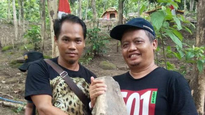 Tim Ahli Cagar Budaya Indramayu langsung mengamankan hasil temuan fosil gajah purba ke tempat yang lebih aman. Foto (Liputan6.com / Panji Prayitno)