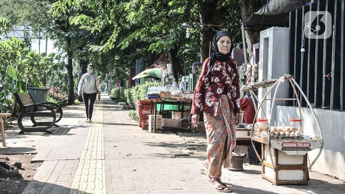 Pejalan kaki melintas di trotoar kawasan Lapangan Banteng, Jakarta, Senin (7/9/2020). Sembilan titik tersebut antara lain berada di Jalan Pamekasan, Jalan Kendal, Jalan Gedung Kesenian, Lapangan Banteng, dan Jalan Sudirman. (merdeka.com/Iqbal S. Nugroho)