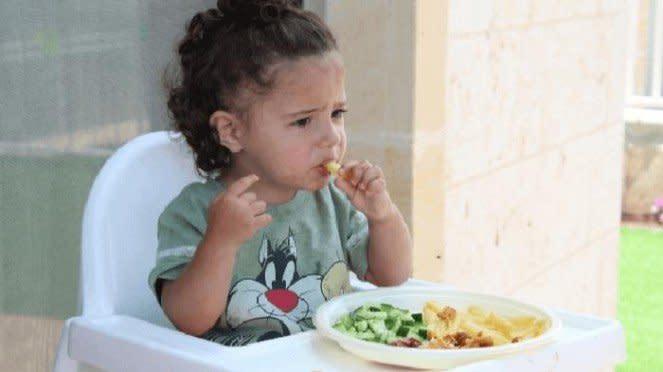 Anak kecil sedang makan