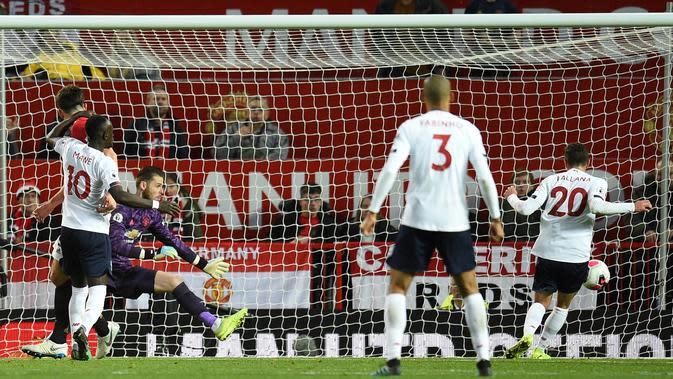 Gelandang Liverpool Adam Lallana (kanan) mencetak gol ke gawang Manchester United (MU) pada pertandingan Liga Inggris di Stadion Old Trafford, Manchester, Inggris, Minggu (20/10/2019). Gol Lallana menyelamatkan Liverpool dari kekalahan dengan hasil akhir 1-1. (Oli SCARFF/AFP)