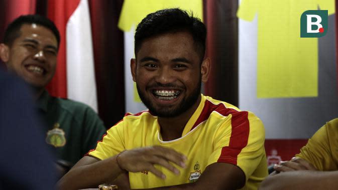 Pemain Bhayangkara FC, Saddil Ramdani, saat diperkenalan sebagai pemain baru di Mess Bhayangkara, Jakarta, Sabtu (8/2). Saddil menjadi rekrutan terakhir Bhayangkara FC.(Bola.com/Yoppy Renato)