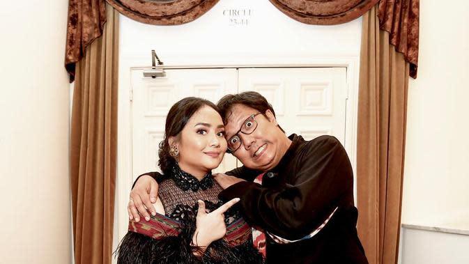 Kekompakan Gita Gutawa dan Erwin Gutawa menjadi inspirasi hubungan antara anak dan ayah bagi banyak orang. Keduanya selalu tampil kompak penuh kasih sayang. (Liputan6.com/IG/@gitagut)