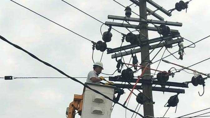 Petugas perbaiki tiang listrik di Bundaran Apolo, Pasuruan, Jawa Timur (Foto: PLN UP 3 Pasuruan)