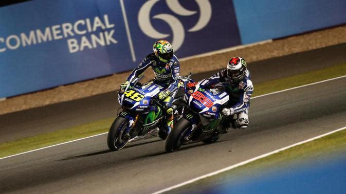 Valentino Rossi berselisih dengan rekan setimnya, Jorge Lorenzo di Sirkuit Losail, Qatar, pada 2016. (MotoGP)