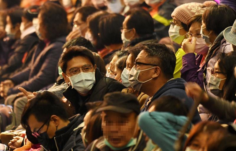 ▲新冠肺炎蔓延,不少人出門都會戴上口罩。(圖/NOWnews資料畫面)