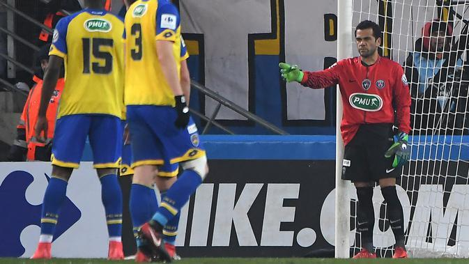 6. Dani Alves (Paris Saint Germain Vs Sochaux, 2018) - Kartu merah yang diberikan kepada Kevin Trapp membuatnya ditunjuk untuk menjadi kiper dadakan. Ketika itu bek asal Brasil tersebut mampu menjalankan tugas dengan baik. (AFP/Patrik Hertzog)