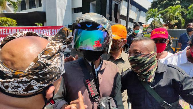 Ratusan orang yang tergabung dalam Surabaya Adalah Kita berunjuk rasa menolak silaturahmi akbar Koalisi Aksi Menyelamatkan Indonesia (KAMI). (Foto: Liputan6.com/Dian Kurniawan)