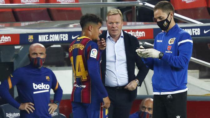 Pelatih Barcelona, Ronald Koeman, memberikan arahan kepada Philippe Coutinho saat melawan Villareal pada laga Liga Spanyol di Stadion Camp Nou, Senin (28/9/2020). Barcelona menang dengan skor 4-0. (AP Photo/Joan Monfort)