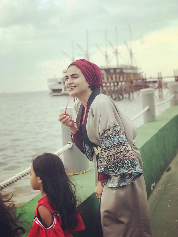 Perempuan yang beberapa tahun memutuskan berhijab itu namanya mulai populer sejak terlibat dalam Ekstravaganza ABG bersama Raffi Ahmad, Nia Ramadhani dan Laudya Chyntia Bella itu menceritakan honor pertama yang di terimanya. (Instagram/ashasyara)