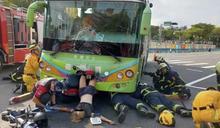 嘉義公車左轉撞機車 妙齡女騎士雙腿倒掛插進車頭
