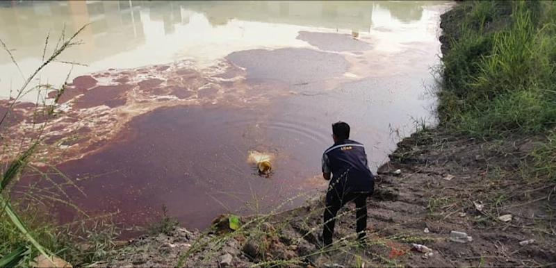 The Selangor water authority today discovered a substance, believed to be waste oil, illegally dumped into the Klang River. — Picture courtesy of Facebook/Lembaga Urus Air Selangor