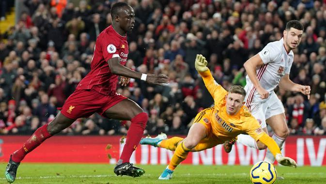 Pemain Liverpool Sadio Mane (kiri) mencetak gol ke gawang Sheffield United pada pertandingan lanjutan Liga Inggris di Anfield Stadium, Liverpool, Inggris, Kamis (2/1/2020). Liverpool menang 2-0. (AP Photo/Jon Super)
