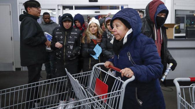 Pembeli memasuki toko Best Buy Inc. saat acara penjualan Black Friday di Chicago, Illinois, Kamis (28/11/2019). Selama Black Friday yang dimulai sejak tahun 1960-an, warga Amerika merayakan tradisi dengan belanja dan berburu diskon-besaran. (Kamil Krzaczynski/Getty Images/AFP)