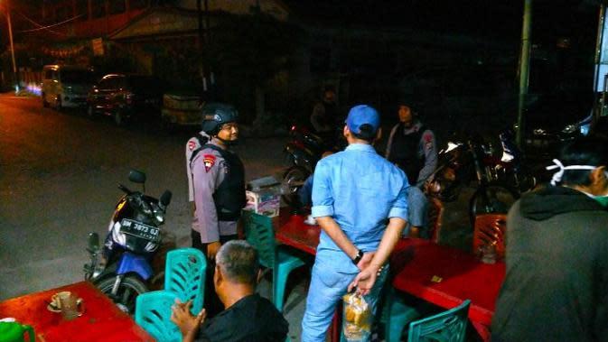 Polisi mendatangi cafe tempat warga berkerumun sebagai upaya pencegahan virus corona. (Liputan6.com/M Syukur)