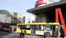 公車失控自撞7傷 疑司機心肌梗塞