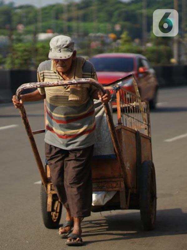 Seorang pria mendorong gerobak tanpa mengenakan masker di Kawasan Jakarta, Selasa (19/5/2020). Sanksi PSBB yang kurang tegas menyebabkan sebagian warga masih bebas beraktivitas tanpa menggunakan masker, meskipun resiko penyebaran virus corona masih tinggi. (Liputan6.com/Immanuel Antonius)