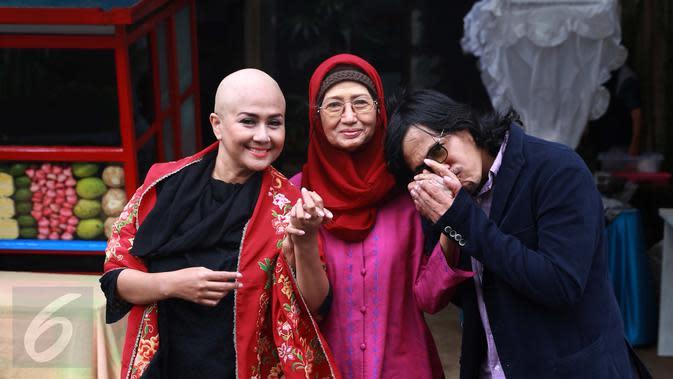 Ria Irawan foto bersama dengan ibundanya, Ade Irawan dan suami, Mayky Wongkar. (Liputan6.com/Herman Zakharia)