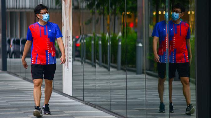 Seorang pejalan kaki yang mengenakan masker berjalan di dekat Menara Kembar Petronas di Kuala Lumpur, Malaysia, pada 3 Oktober 2020. Malaysia melaporkan tambahan 317 kasus terkonfirmasi COVID-19 pada Sabtu (3/10), sehingga totalnya bertambah menjadi 12.088. (Xinhua/Chong Voon Chung)