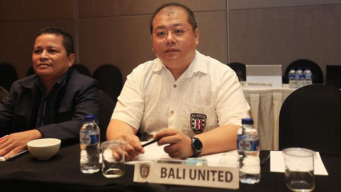 CEO Bali United, Yabes Tanuri, tampak serius mengikuti rapat bersama klub-klub ISL dan Divisi Utama. (Bola.com/Vitalis Yogi Trisna)