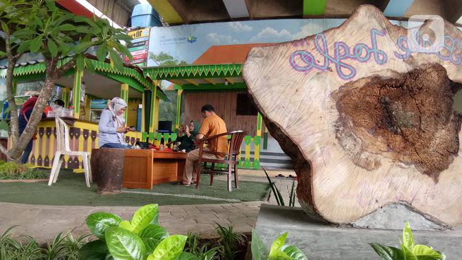 Warga beraktivitas di Taman Betawi Bale Joglo yang terletak di kolong tol JORR W2, Joglo, Jakarta, Senin (13/1/2020). Taman Betawi ini diperindah dengan dihias mural dan taman yang asri untuk menghilangkan kesan kumuh. (Liputan6.com/Angga Yuniar)