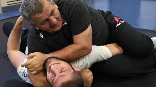 VIVA Militer: Khabib Nurmagomedov berlatih bersama sang ayah, Abdulmanap
