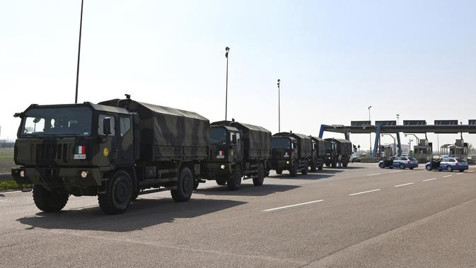 Konvoi truk militer yang membawa peti mati berisi jasad korban virus corona COVID-19 dari Bergamo tiba di Ferrara, Italia, Sabtu (21/3/2020). Jasad para korban selanjutnya akan dikremasi. (Massimo Paolone/LaPresse via AP)